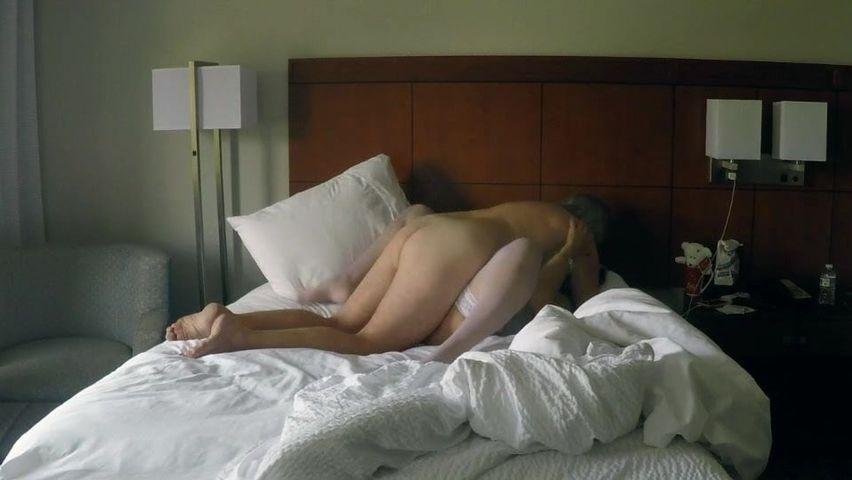 Темпераментный Муж Трахает Жену На Кровати В Нежную Вагину